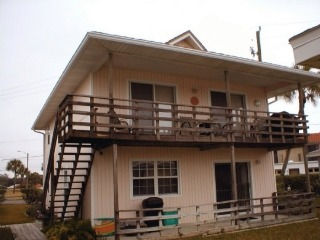 Fall special! 3 BR Cottage full of Nautical Accents, Wet Bar, Upstairs Balcony. Located in an Ocean Front Community with Pool