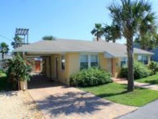 Royal Palm: 3 bedroom home with beach access, shared fenced yard and free parking