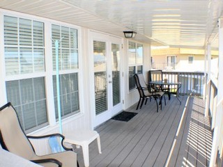 $150/nt Fall special! 4 bedroom cottage with Ocean View from extended deck! Community Pool and Free Parking