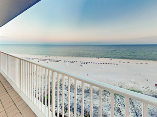 3BR w/ Beachfront Balcony, Pools
