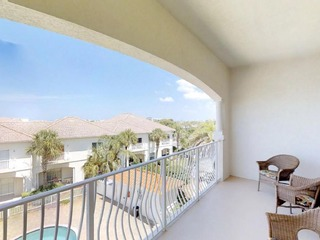 Beautifully Updated 2BR Condo, Private Balcony, Free Parking, Short Walk to beach/10 min to DT