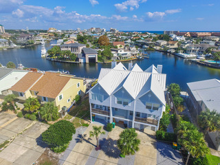 Waterfront Wonder- Destin Harbor 4BR w/ Boat Dock
