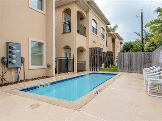 Cara del Sol 7: LARGE condo, steps from Padre Blvd & less than 1 block to beach!