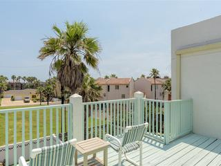 Villa del Mar: 3 level townhome close to beach w/4 balconies & spacious BACKYARD