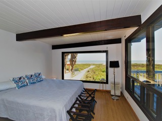 The Mermaid- Completely renovated 1960's beachfront house