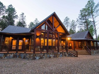 The Great Escape Lodge- (4 Bdrm) (High Lux)(HOT TUB)