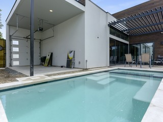 Walking distance to downtown Austin/UT- Luxury Retreat with Heated Pool and Hot Tub