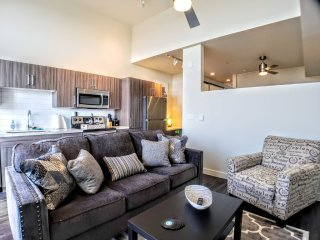 New Urban 1 Bed/1 Bath, 500 ft2 Balcony, Light Rail-C1