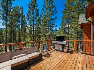 Big Bear Lodge w/ Sauna, Hot Tub, Decks & 4 Fireplaces
