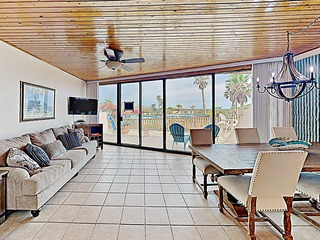 Chic Condo w/ Pools & Hot Tub- Walk to the Beach