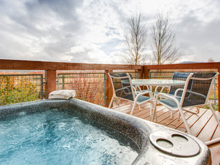 2BR Newpark Townhouse with Hot Tub